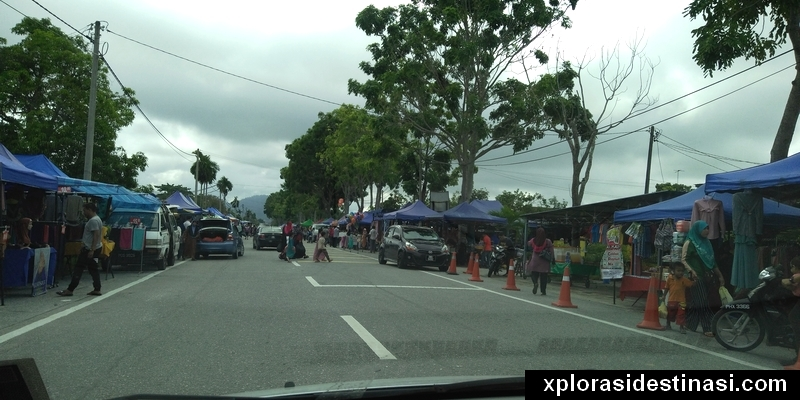 Pasar Kemboja di sepanjang kiri dan kanan bahu jalan