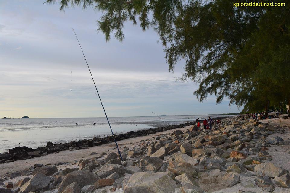memancing-di-pantai-remis