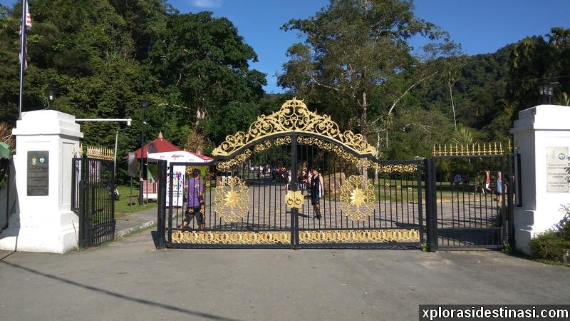 Pintu pagar untuk masuk ke kawasan Taman Botani Pulau Pinang