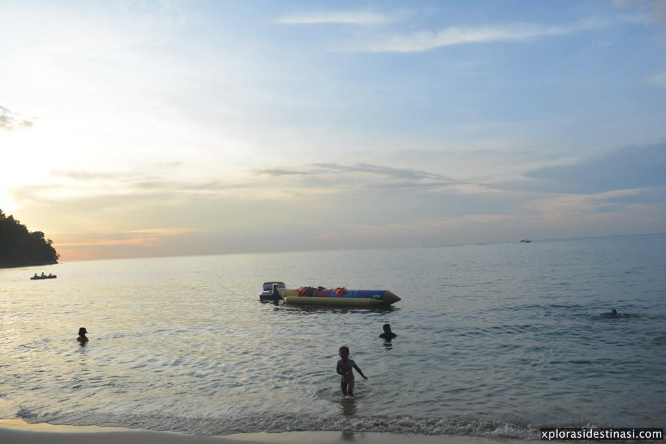 pantai-tanjung-biru-banana-boat