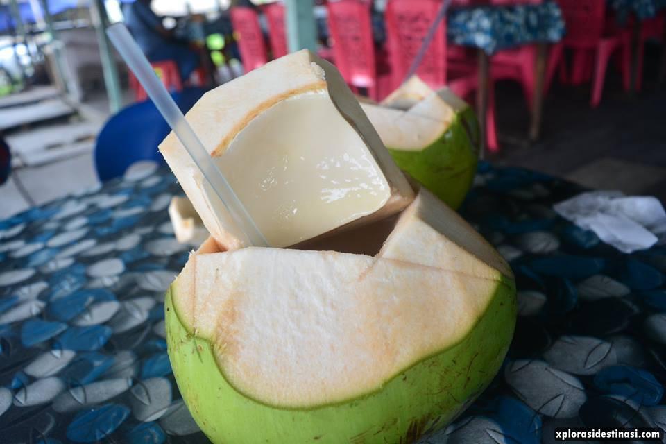 air-kelapa-muda-di-restoran-lokan-bakar